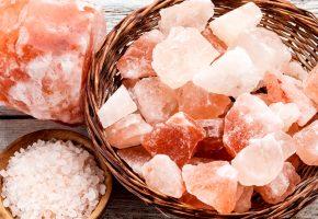 Bagno nel sale rosa dell'Himalaya